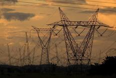 Vista de torres de transmissão de energia no Pará. A Agência Nacional de Energia Elétrica (Aneel) aprovou nesta quarta-feira a forma como a Câmara de Comercialização de Energia Elétrica (CCEE) irá captar e gerir recursos financeiros para ajudar distribuidoras de energia, afetadas por custos extras relacionados à energia cara de curto prazo. 30/03/2010 REUTERS/Paulo Santos