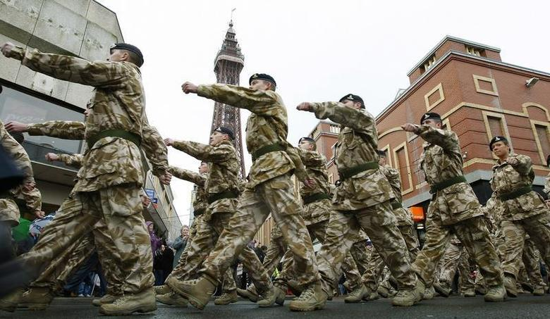 Soldiers from 12 Regiment Royal Artillery mark their return from operations in Iraq and Afghanistan as they process through the streets of Blackpool, northern England, November 14, 2009. REUTERS/Phil Noble