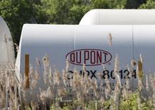 Логотип Dupont на цистерне на предприятии компании в Уилмингтоне, Делавэр 17 апреля 2012 года. Чистая прибыль химической компании DuPont снизилась на 57 процентов в первом квартале 2014 года из-за продажи подразделения, производившего краски для машин и сопутствующие товары, в прошлом году добавившего к прибыли компании почти $2 миллиарда. REUTERS/Tim Shaffer