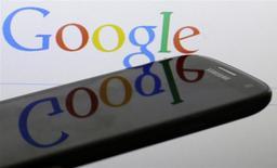 Logo de Google reflejado en la pantalla de un Samsung Galaxy S4, ene 31, 2014. Wall Street pareció no inmutarse con los decepcionantes resultados del primer trimestre de Google, debido a la capacidad del gigante de internet para adaptarse a un cambio hacía el creciente mercado de anuncios para móviles. REUTERS/David W Cerny/Files