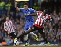 Chelsea's John Terry (L) challenges Sunderland's Jozy Altidore during their English Premier League soccer match at Stamford Bridge in London, April 19, 2014. REUTERS/Philip Brown