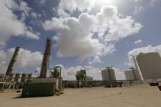 Le terminal pétrolier de Zoueitina, dans l'est de la lIbye. Des problèmes techniques retardent la réouverture de ce terminal pétrolier,  l'un des quatre ports pour lesquels le gouvernement est parvenu à un accord avec des rebelles autonomistes de l'est du pays afin d'obtenir la fin de leur occupation. /Photo prise le 7 avril 2014/REUTERS/Esam Omran Al-Fetori