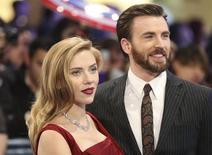 Los actores Scarlett Johansson y Chris Evans llegan al estreno en el Reino Unido de Capitán América en el centro Comercial Westfield, en Shepherds Bush, Londres. 20 de marzo, 2014. REUTERS/Paul Hackett