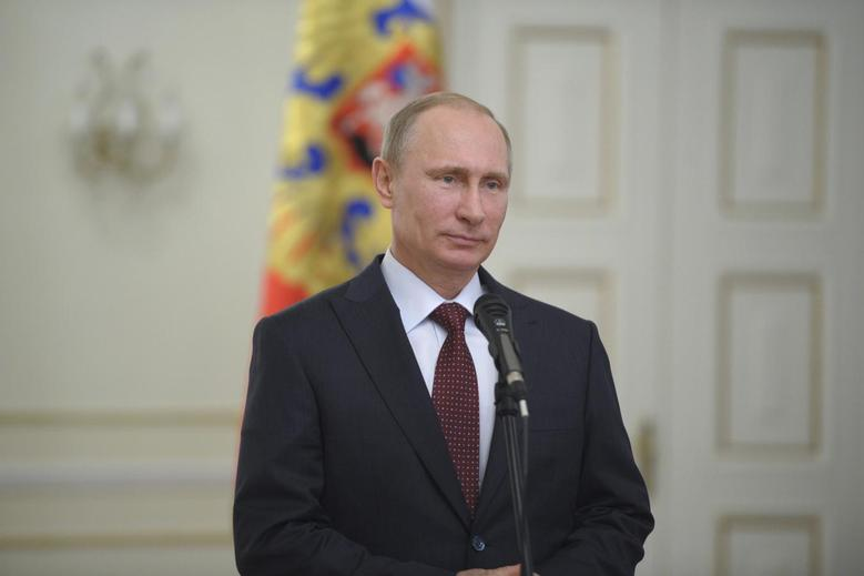 Russian President Vladimir Putin arrives for a meeting with Ben van Beurden, chief executive officer of Royal Dutch Shell, at the Novo-Ogaryovo state residence outside Moscow April 18, 2014. REUTERS/Alexei Druzhinin/RIA Novosti/Kremlin
