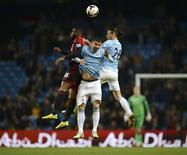 Manchester City's Martin Demichelis (R) and Aleksandar Kolarov (C) challenge West Bromwich Albion's Victor Anichebe during their English Premier League soccer match at the Etihad stadium in Manchester, northern England April 21, 2014. REUTERS/Nigel Roddis