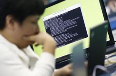 Imagen de archivo de un estudiante en una competencia de hackers éticos en la Academia Militar de Corea del Sur en Seúl, sep 29 2013. Cuando Dilma Rousseff propuso el año pasado ante las Naciones Unidas regular la Internet, muchos temieron lo peor. REUTERS/Lee Jae-Won