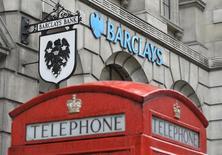 Logotipos vistos do lado de fora de uma agência do Barclays, em Londres. O banco britânico Barclays anunciou nesta terça-feira que está se retirando da maior parte de seus negócios com commodities, aderindo a um grupo crescente de instituições financeiras que estão tomando medidas semelhantes por causa da queda na lucratividade gerada por normas mais rígidas. 30/07/2013 REUTERS/Toby Melville