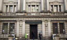 Frontis del edificio del Banco de Japón, Tokio, ene 22, 2014. El Gobernador del Banco de Japón, Haruhiko Kuroda, dijo que la inflación al consumidor podría haber superado la proyección del banco central en el año fiscal que terminó en marzo, expresando confianza en que la tercera mayor economía del mundo sigue avanzando en el cumplimiento de su objetivo de precios. REUTERS/Yuya Shino