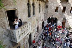 Luca Ceccarelli (R) kisses his wife Irene Lanforti after getting married at Casa di Giulietta in Verona in this June 1, 2009 file photo. REUTERS/Alessandro Garofalo/Files