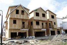 Unas viviendas en construcción en la zona suroeste de Portland, EEUU, mar 20 2014. Las ventas de casas nuevas unifamiliares en Estados Unidos cayeron en marzo a su menor nivel en ocho meses, un contratiempo para la recuperación del mercado inmobiliario. REUTERS/Steve Dipaola