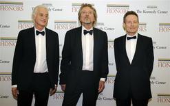 """De izquierda a derecha en la imagen: los integrantes del grupo Led Zeppelin Jimmy Page, Robert Plant y John Paul Jones en una gala del departamento de Estado estadounidense en Washington, dic 1 2012. a legendaria banda de rock Led Zeppelin dijo el miércoles que incluirá canciones previamente no difundidas en la primera de las reediciones de sus nueve discos de estudio, incluyendo una versión de su vibrante """"Whole Lotta Love"""". REUTERS/Mike Theiler"""