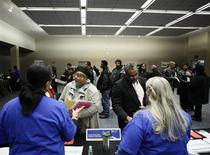 Un grupo de personas en una feria laboral en Detroit, EEUU, dic 1 2014. El número de estadounidenses que presentaron nuevas solicitudes de subsidios por desempleo subió más a lo esperado la semana pasada, pero el incremento probablemente no sugiere un cambio en las condiciones del mercado laboral, pues la tendencia subyacente siguió apuntando a la fortaleza. REUTERS/Joshua Lott