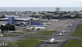 Vista aérea do aeroporto internacional de Recife. A demanda por voos domésticos no Brasil avançou 8,9 por cento no primeiro trimestre sobre igual período do ano passado, informou nesta quinta-feira a associação que compila dados das quatro maiores empresas aéreas do país, Abear. 06/04/2014 REUTERS/Paulo Whitaker