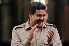El presidente de Venezuela, Nicolás Maduro, sonríe en un mitin para marcar su primer aniversario al mando en Caracas, abr 15 2014. Los presidentes de Chile, Venezuela y Uruguay figuraron en la lista de la revista estadounidense Time de las 100 personas más influyentes del mundo, en la que también están el cineasta mexicano Alfonso Cuarón y el Papa Francisco. REUTERS/Jorge Silva