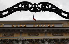 Fachada do Banco Central da Rússia em foto tirada em 2013, em Moscou. Nesta sexta-feira, o banco elevou inesperadamente sua taxa de juros e sofreu o primeiro corte de rating em cinco anos. 13/09/2013 REUTERS/Maxim Shemetov