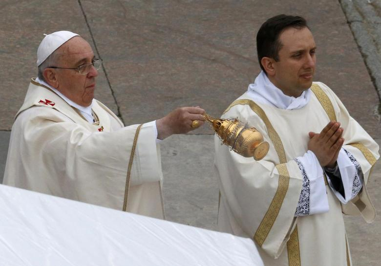 Hundreds of thousands watch two popes become saints