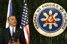Президент США Барак Обама на пресс-конференции в Маниле 28 апреля 2014 года. Президент США Барак Обама сказал, что Соединенные Штаты введут в понедельник против России дополнительные санкции, направленные против частных лиц и компаний, за которыми, как ожидается, последуют санкции со стороны Европейского союза. REUTERS/Larry Downing