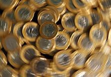 Moedas de real fotografadas no Rio de Janeiro. Economistas de instituições financeiras fizeram pequenos ajustes a suas projeções econômicas e passaram a projetar a inflação no topo da meta do governo este ano, ao mesmo tempo em que continuam vendo mais uma alta na Selic em maio. 15/10/2010. REUTERS/Bruno Domingos