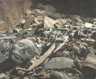 Una tumba descubierta en el Valle de los Reyes en Luxor, abr 28 2014. Los restos de alrededor de 50 momias, incluidas algunas de recién nacidos al parecer pertenecientes a la decimoctava dinastía faraónica, han sido hallados en una gigantesca tumba en el Valle de los Reyes, en Luxor, dijo el lunes el ministro egipcio de Antigüedades, Mohamed Ibrahim. REUTERS/Egyptian Supreme Council of Antiquities/Handout via Reuters IMAGEN SOLO PARA USO EDITORIAL