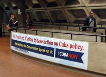 """Un nuevo grupo activista, que busca que Estados Unidos cambie su política respecto de Cuba, lanzó el lunes una campaña de publicidad con afiches el metro de Washington D.C. con la imagen del presidente Barack Obama al que le piden """"dejar de esperar"""". Washington, 28 de abril de 2014 REUTERS/Gary Cameron"""