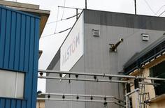 L'Autorité des marchés financiers (AMF) annonce mardi avoir rappelé au conseil d'administration d'Alstom son devoir d'examiner de façon objective les différentes solutions qui s'offrent au groupe français, dont la branche énergie est convoitée par l'américain General Electric et l'allemand Siemens. /Photo prise le 25 avril 2014/REUTERS/Robert Pratta