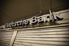 Una sucursal del banco Deutsche Bank en una cochera en Bochum, mayo 17 2013. Los bancos europeos deberán demostrar que son capaces de sortear caídas simultáneas en bonos, activos inmobiliarios y acciones cuando enfrenten las pruebas de solvencia más duras hasta la fecha, con las que los reguladores quieren recuperar la confianza en una industria golpeada por la crisis financiera. REUTERS/Ina Fassbender