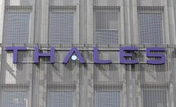 Thales annonce mardi une hausse de 10% de ses prises de commandes au premier trimestre, soutenues par les marchés émergents, mais son chiffre d'affaires reste stable, pénalisé par la défense, la sécurité et le transport. /Photo d'archives/REUTERS/Charles Platiau
