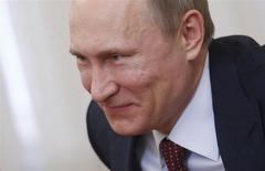 El presidente de Rusia, Vladimir Putin, en una reunión en el palacio de Gobierno en Moscú, abr 24 2014. El presidente de Rusia, Vladimir Putin, dijo el martes que Moscú podría reconsiderar la participación de compañías occidentales en su economía, incluyendo proyectos de energía, si Estados Unidos y la Unión Europea (UE) continúan aplicando sanciones en su contra. REUTERS/Maxim Shipenkov/POOL