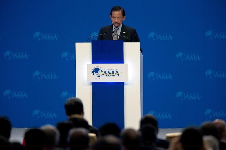 Brunei's Sultan Haji Hassanal Bolkiah delivers a speech at the opening ceremony of the annual Boao Forum in Boao, in southern China's Hainan province April 7, 2013. REUTERS/Alexander F. Yuan/Pool