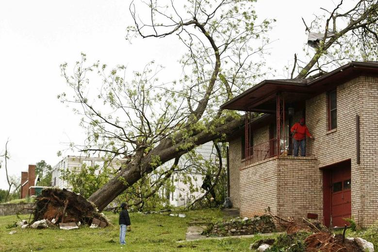 U.S. tornadoes kill 34, threaten more damage in South