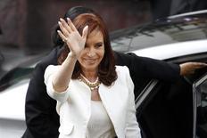 La presidenta argentina, Cristina Fernandez, saluda a la prensa antes de una reunión con la mandataria chilena, Michelle Bachelet, en Santiago, Chile. 10 de marzo, 2014. REUTERS/Ivan Alvarad
