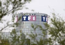 TF1 a enregistré une amélioration de ses résultats financiers au premier trimestre en dépit d'un recul de ses revenus, dans un contexte de marché publicitaire toujours morose et de forte concurrence entre les chaînes. /Photo d'archives/REUTERS/Charles Platiau