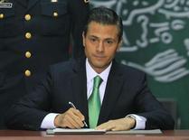 El Gobierno mexicano envió el miércoles al Congreso las postergadas leyes secundarias de la reforma energética promulgada a fines del año pasado y que son vitales para ponerla en marcha, justo al final del periodo ordinario de sesiones, por lo que se espera sean debatidas en un periodo extraordinario. Ciudad de México, 20 de diciembre 2013. REUTERS/Henry Romero