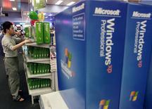 Imagen de archivo de una tienda de computadoras con sistemas operativos Windows XP de Microsoft en Sídney, oct 25 2011. Microsoft está ayudando a los que se estiman son cientos de millones de clientes que todavía usan Windows XP, un sistema para el que canceló su soporte técnico este mes, brindando una actualización de emergencia para resolver un grave defecto surgido en el navegador Internet Explorer. Reuters/Will Burgess