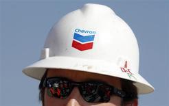 Empleado de Chevron, Pungesti, abr 8, 2014. Chevron Corp, la segunda mayor petrolera de Estados Unidos, informó el viernes que su ganancia del primer trimestre cayó un 27 por ciento debido a un descenso de la producción de crudo y a los precios. REUTERS/Bogdan Cristel