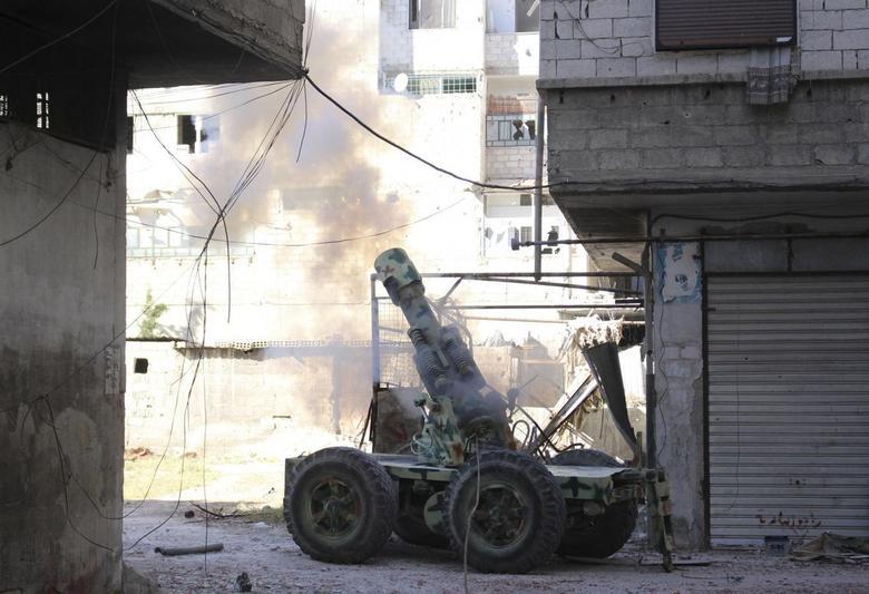 Rebel fighters fire an artillery cannon towards forces loyal to Syria's President Bashar al-Assad in eastern al-Ghouta, near Damascus April 30, 2014. REUTERS/Ammar Al-Bushy