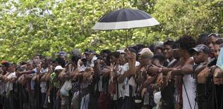 Coreando algunas de las canciones más populares de su extensa obra, decenas de miles cubanos entristecidos se reunieron el viernes en La Habana para rendir homenaje al fallecido director de la orquesta Los Van Van, Juan Formell, ganador de dos premios Grammy en su carrera artística. La Habana, 2 de mayo de 2014. REUTERS/Enrique De La Osa