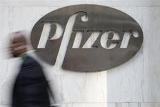 Un hombre camina frente a la sede central de la farmacéutica estadounidense Pfizer en Nueva York. 28 de abril, 2014. REUTERS/Andrew Kelly
