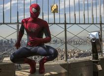 "Un hombre disfrazado del Hombre Araña posa durante un sesión de fotos para la película ""The Amazing Spider-Man 2"", en el edificio Empire State en Nueva York. 25 de abril, 2014. REUTERS/Brendan McDermid."