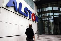 Un hombre ingresa a las oficinas prinicipales de Alstom en Levallois-Perret, cerca a Paris. 6 de noviembre, 2013. REUTERS/Philippe Wojazer