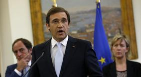 Portugal's Prime Minister Pedro Passos Coelho makes a statement accompanied by his ministers at St Bento Palace in Lisbon May 4, 2014. REUTERS/Rafael Marchante