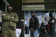 Masked pro-Russian activists stand outside a branch of Ukraine's Privatbank during a protest in Donetsk, eastern Ukraine April 28, 2014. REUTERS/Baz Ratner