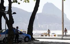 Policiais patrulham a praia de Copacabana, no Rio de Janeiro, nesta segunda-feira. 05/05/2014 REUTERS/Sergio Moraes