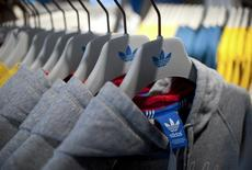 Adidas a publié mardi des résultats décevants au titre du premier trimestre en raison d'une chute des ventes de sa marque d'équipements pour le golf, TaylorMade, mais le groupe allemand compte renouer avec une croissance solide sur la période avril-juin. /Photo prise le 27 mars 2014/REUTERS/Stefanie Loos