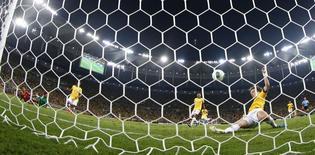 Zagueiro David Luiz salva um gol em cima da linha na final da Copa das Confederações entre Brasil e Espanha, no Maracanã. 30/06/2013 REUTERS/Kai Pfaffenbach
