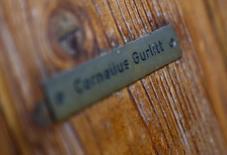 En la imagen, el nombre de Gurlitt en la casa del coleccionista en Salzburgo, el 6 de noviembre de 2013. REUTERS/Dominic Ebenbichler. El anciano alemán que guardaba en su apartamento de Múnich una extensa colección de obras de arte, entre ellas piezas arrebatadas por los nazis a los judíos durante el Holocausto, murió tras una operación de corazón, dijo el martes un portavoz.