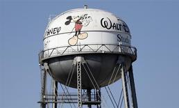 """La compañía de medios y entretenimiento Walt Disney Co reportó el martes utilidades más altas y superó las expectativas de Wall Street para el trimestre que terminó en marzo, impulsadas por la continua fortaleza de su exitosa película animada """"Frozen"""". En la imagen se observa un tanque de agua en los estudios de Walt Disney en Burbank, California, 5 de febrero del 2014. REUTERS/Mario Anzuoni"""