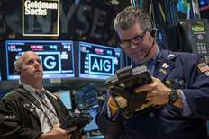 Трейдеры на Нью-Йоркской фондовой бирже 6 мая 2014 года. Американские акции снизились во вторник, закрывшись на сессионных минимумах после публикации разочаровывающих квартальных результатов компаний. REUTERS/Brendan McDermid