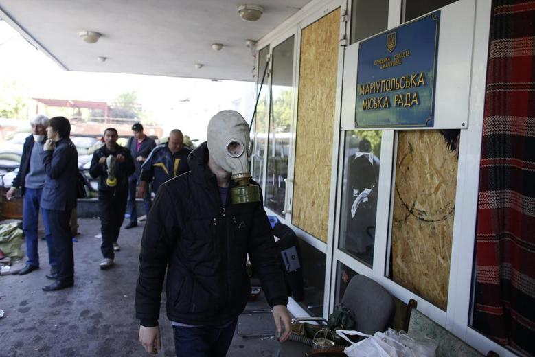 Ukraine forces briefly occupy city hall in eastern...
