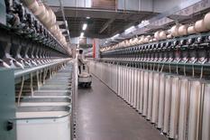 Planta textil Parkdale Mills en Walnut Cove, Carolina del Norte. Jun 15, 2010. La productividad de Estados Unidos sin contar el sector agrícola bajó al ritmo más veloz en un año en el primer trimestre por el impacto del frío intenso del invierno boreal, lo que condujo al mayor aumento de los costos laborales unitarios en más de un año. REUTERS/Scott Malone